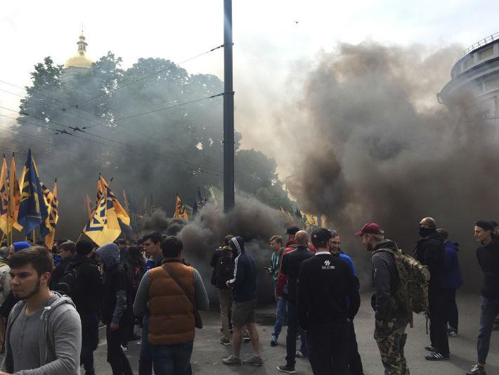 Боевики «Азова» пикетируют Раду против выборов наДонбассе