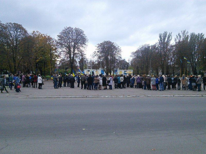 Под Мариуполем митингуют против отвода украинских войск