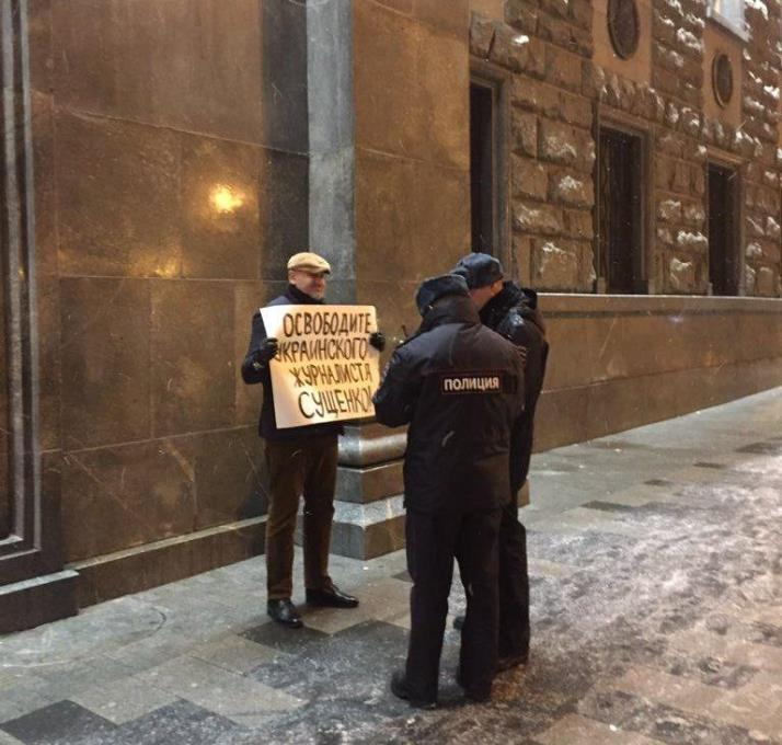 Юрист корреспондента Сущенко одиноко митингует под зданием ФСБ в столице