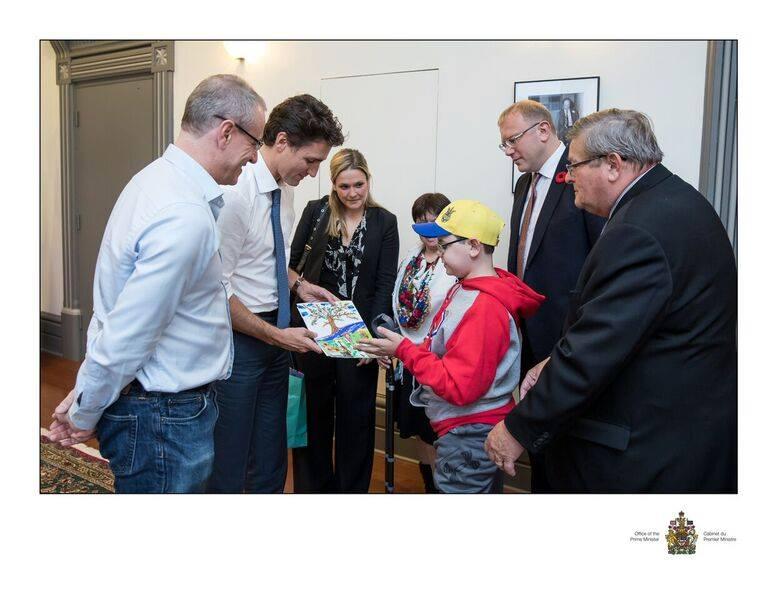 Премьер Канады встретился с парнем, лишившимся конечностей наДонбассе