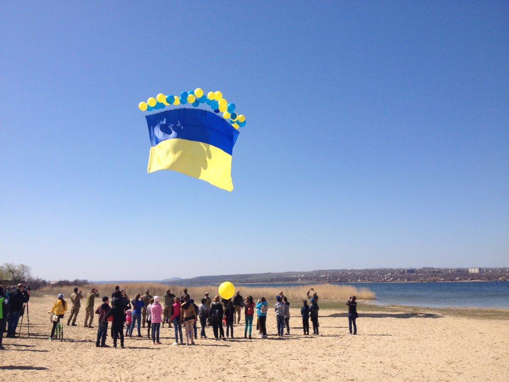 Внебо над оккупированным Донбассом запустили немалый сине-желтый флаг