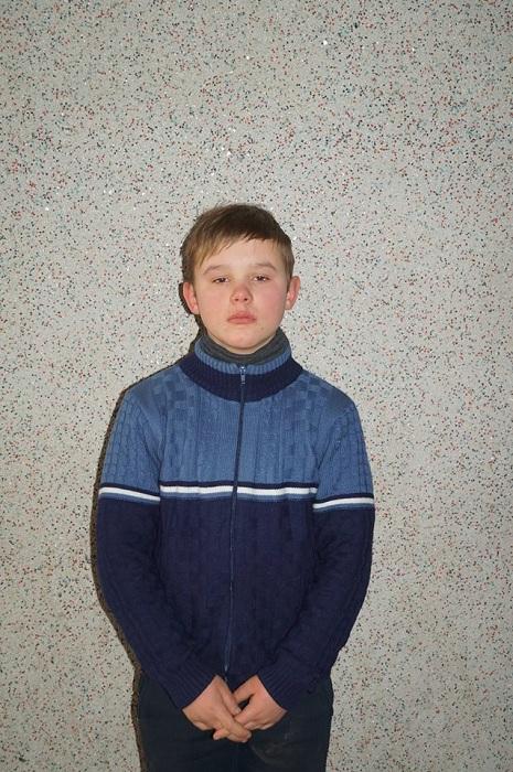 мальчик стоял прикрываясь руками