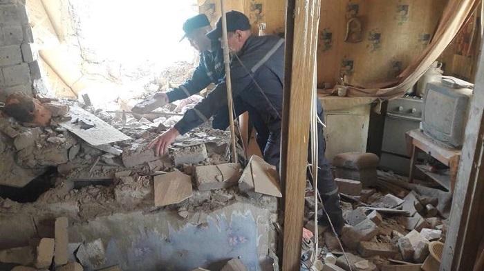 Последствия обстрела Попасной: Разрушены дома, ранен пес