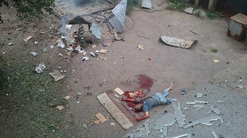 В луганском дворе лежит погибший мужчина, «скорая» не едет (ФОТО 18+), фото-2
