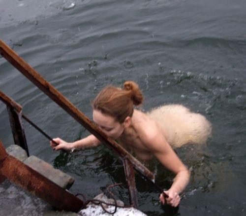 Прикарпатські рятувальники пильнують любителів моржування